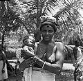 Boslandcreoolvrouw met kind in Wakibasoe, Bestanddeelnr 252-5825.jpg