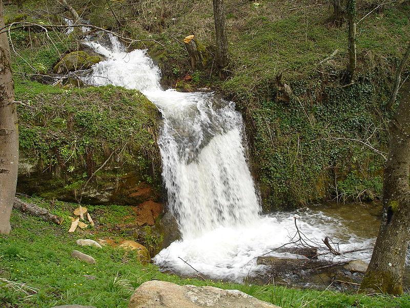File:Buchalo-vodopad-Nezhilovo-MK.JPG