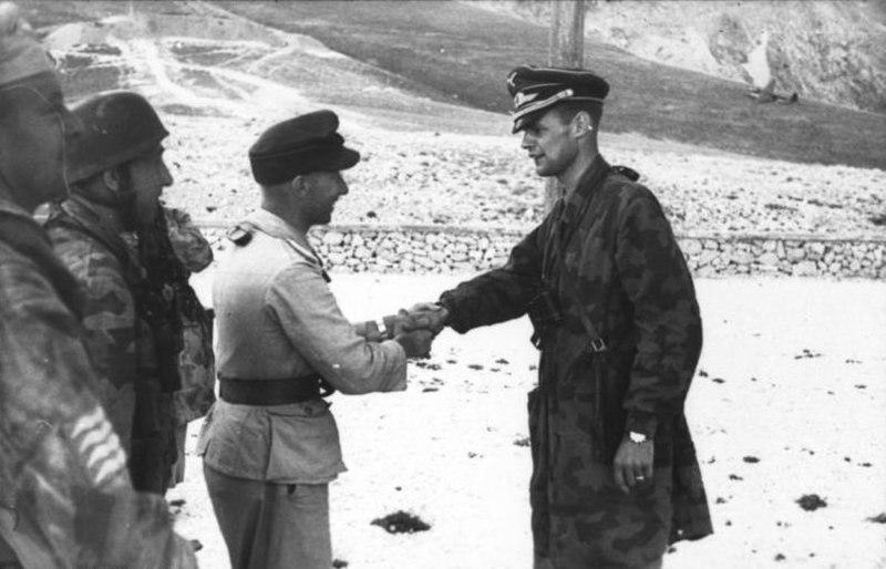 Bundesarchiv Bild 101I-567-1503A-16, Gran Sasso, Oberleutnant Berlepsch, Major Mors