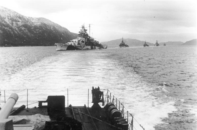Bundesarchiv Bild 183-J19316, Norwegen, Schlachtschiff, Zerstörer