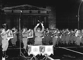 Republic Day (East Germany) - Image: Bundesarchiv Bild 183 N1005 0046, Berlin, 25. Jahrestag DDR Gründung, Zapfenstreich