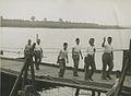 Burgerdeelnemers op het parcours van 55 km. op de pontonbrug bij Cuijk op de der – F40638 – KNBLO.jpg