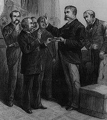 Um grupo de homens, um com a mão levantada