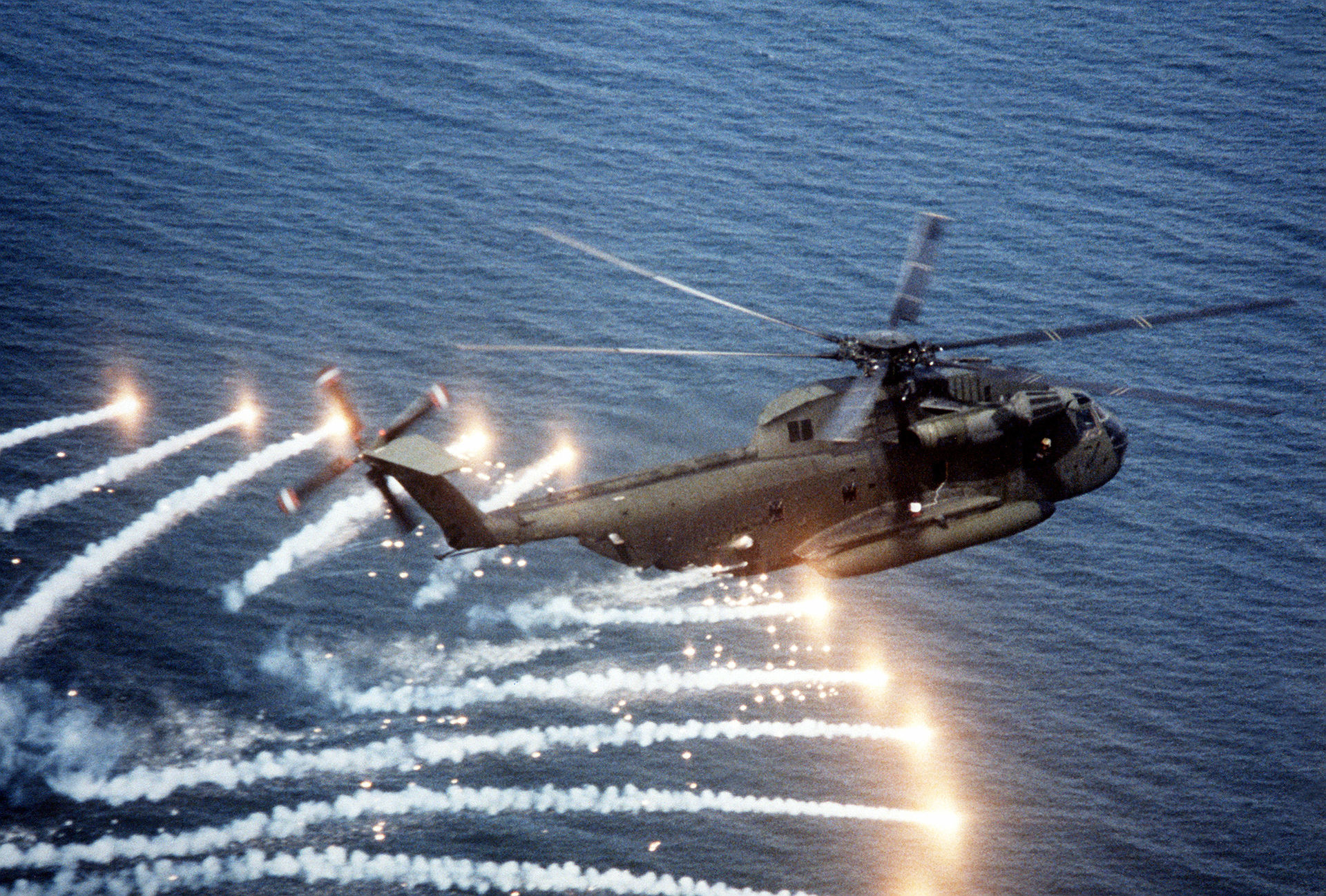 1920px-CH-53D_Sea_Stallion_spewing_flare