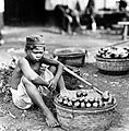 COLLECTIE TROPENMUSEUM Fruitverkoper in Batavia Java TMnr 10002442.jpg