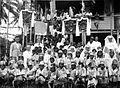 COLLECTIE TROPENMUSEUM Groepsportret in Laham met schoolkinderen en controleur Gerritsen ter gelegenheid van het vijfentwintigjarig missiejubileum van zuster Rogeria van de Zusters Franciscanessen van Veghel TMnr 60051380.jpg