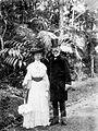 COLLECTIE TROPENMUSEUM Portret van Prof. Dr. M. Treub met zijn echtgenote in 's Lands Plantentuin Buitenzorg TMnr 10018824.jpg