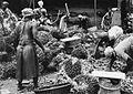 COLLECTIE TROPENMUSEUM Vrouwen plukken de vruchten van palmtrossen en maken ze schoon TMnr 20014091.jpg