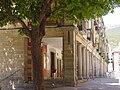 Calle con soportales en San Lorenzo de El Escorial.jpg