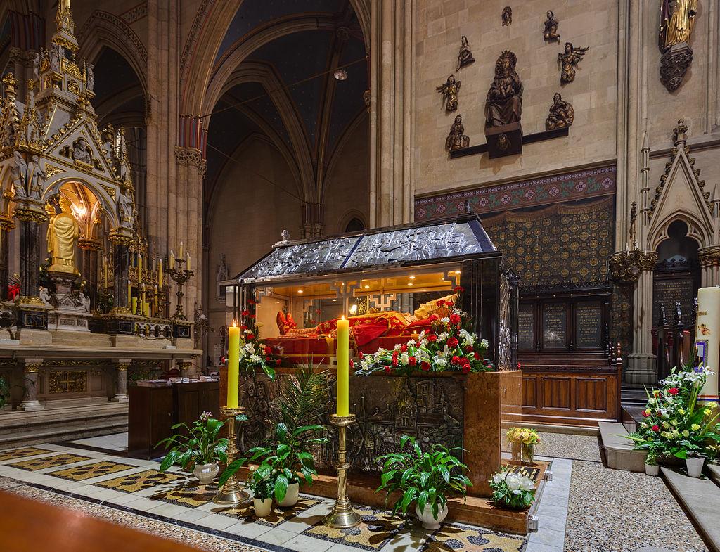 Le tombeau du bienheureux cardinal Stepinac, surmonté d'une châsse comportant un mannequin de cire le représentant, en la cathédrale de Zagreb.  (définition réelle 4602×3529)