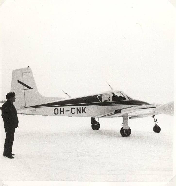 https://upload.wikimedia.org/wikipedia/commons/thumb/a/ae/Cessna_310_OH-CNK_1972_of_Tunturilento_Oy.jpg/725px-Cessna_310_OH-CNK_1972_of_Tunturilento_Oy.jpg