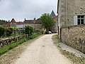 Chemin dans le village de Druyes en juin 2019.jpg