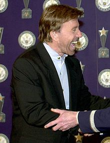 "Chuck Norris rebent el premi """"Veteran of the Year"" de USAF (2001)"