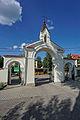 Cmentarz katedralny w Łomży - brama neoromańska.jpg