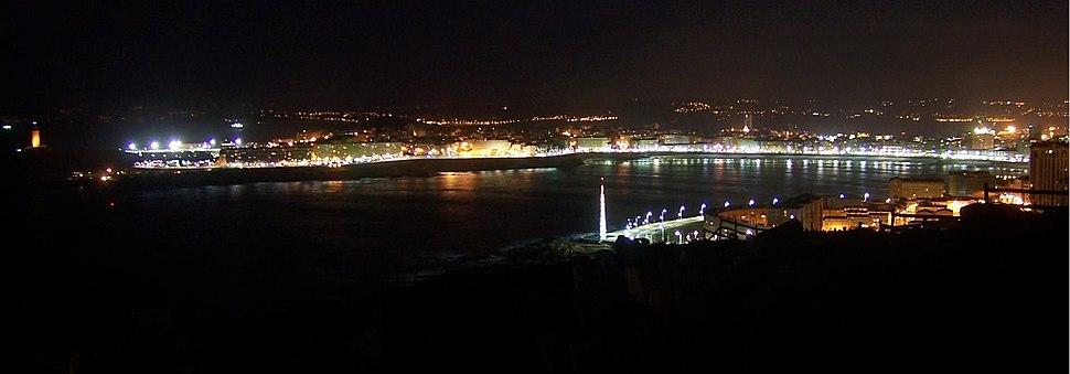 Baía do Orzán vista desde o monte de San Pedro. Pódese observar a Torre de Hércules no extremo esquerdo da panorámica.