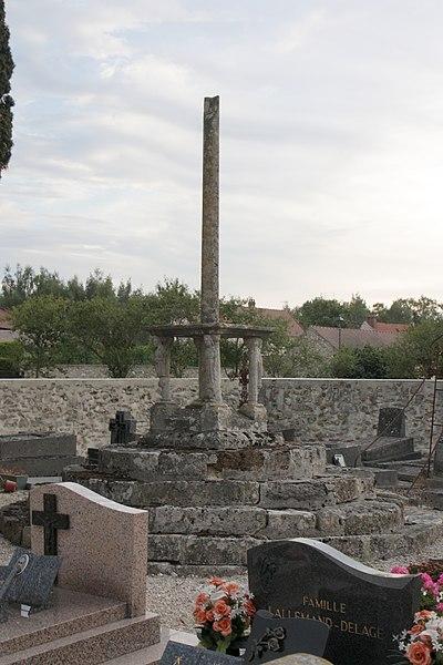 Croix de cimetière à Mézy - vue de l'église