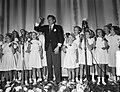 Danny Kaye zingt met een kinderkoor, Bestanddeelnr 907-3715.jpg