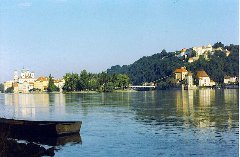 "Stalna postavka slika ~ ""Dunav"" - Page 2 800px-Danube_river_confluence_Inn_2"
