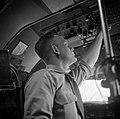 De eerste boordwerktuigkundige in de cockpit van de Skymaster DC 4, 313 met Van , Bestanddeelnr 255-8305.jpg