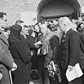 De koningin in gesprek met vrouwen wier mannen tijdens de Philips-staking door d, Bestanddeelnr 900-4118.jpg