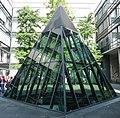 Die Glaspyramide dient zur Belichtung der beiden Tagungsräume im Untergeschoss . - panoramio.jpg