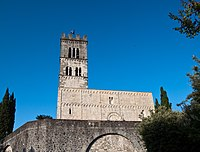 Duomo di Barga from below.jpg