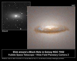 Un disco di polvere in orbita attorno ad un probabile buco nero supermassiccio (HST).