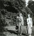 ETH-BIB-Einstein, Albert (1879-1955), Königin Elisabeth von Belgien (1876-1965) in Laeken (Belgien)-Portrait-Portr 03076.tif