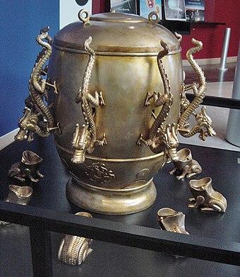 漢王朝の博学者である張衡の西暦132年の地震計の現代的なレプリカ