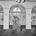 Een bediende bezig met het schoonmaken van de hal van het paleis van de gouverne, Bestanddeelnr 252-2493.jpg