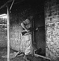 Een met een karabijn gewapende militair opent de deur van een huis met de voet, Bestanddeelnr 15802.jpg