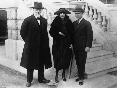 Venizelos (standing right) with his father and Ms. Kathleen Zervudachi, 1921 Eleftherios Venizelos with his son, 1921.jpeg