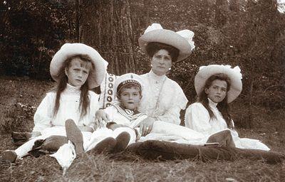 1909年。左からアナスタシア、アレクセイ、アレクサンドラ、マリア アレクセイ・ニコラエヴィチ