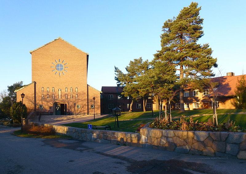 Essinge kyrka gård 2013.jpg