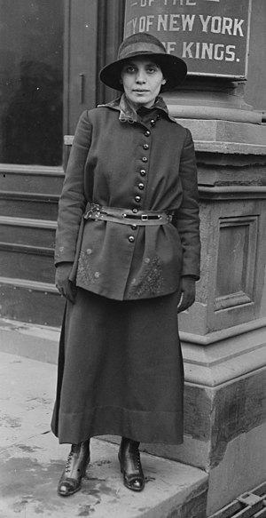 Fania Mindell - Mindell outside Brooklyn courthouse in 1917