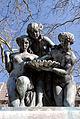 Figuren des Dreimaedelbrunnens in Duesseldorf-Golzheim, von Suedwesten.jpg