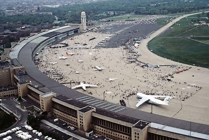 File:FlughafenBerlinTempelhof1984.jpg