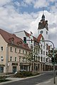Freital-Poschappel, toren van het stadhuis Dm08963779 in straatzicht met Glückauf-Apotheke Dm08963780 IMG 8136 2018-08-14 14.46.jpg