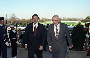 Gareth Evans (politician) - Evans (left) with United States Secretary of Defense Les Aspin (right) in 1993.