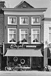 foto van Pand met rechte kroonlijst, zwart geverfd, moderne onderpui