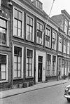 foto van Pand met gevel met rechte kroonlijst. Op bovenverdieping enige geledingen, moderne deuromlijsting