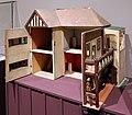 Gran bretagna, casa di bambola in stile edoardiano alexandra lodge, 1930 ca. (coll. giocattoli antichi di roma capitale) 02.jpg