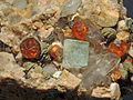 Grenat var. spessartine, fluorine, quartz fumé et orthose (Chine) 1.JPG