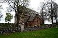 Håtuna kyrka med runstenen U 655 i förgrunden vid muren (01).jpg