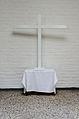 HH-Oldenfelde Bonhoeffer-Kirche Kreuz mit Stein aus dem Einweihungsjahr.jpg