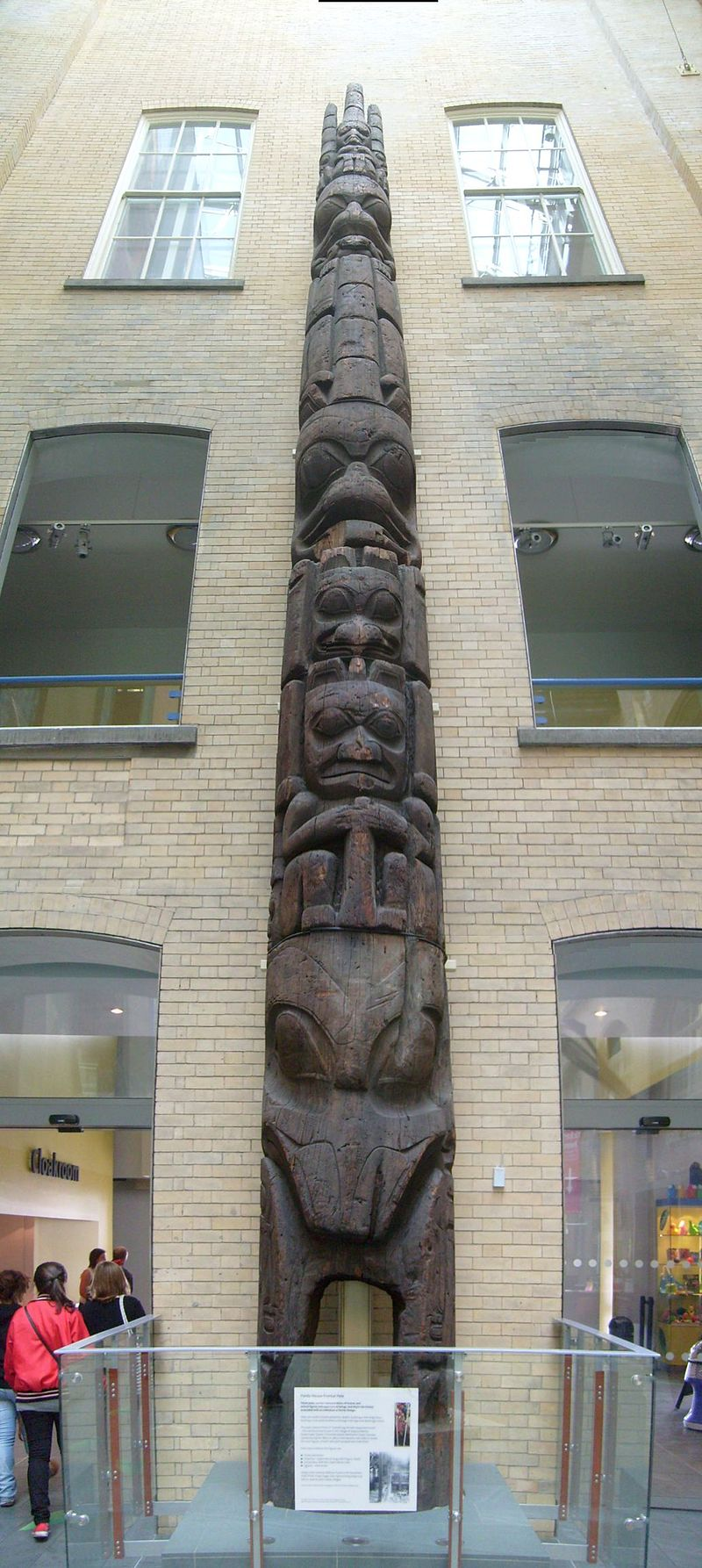 Haida House Frontal Pole, Liverpool Museum July 08 2010.jpg