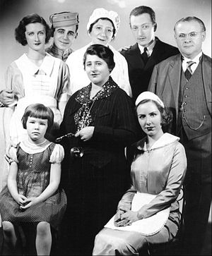 Everett Sloane - The cast of Gertrude Berg's radio series The House of Glass (1935)