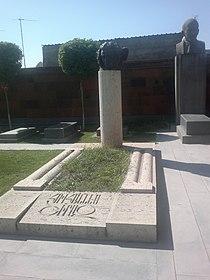 Hovhannes Shiraz Grave 02.jpg