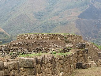 Luq'umayu - The archaeological site of Wamanmarka with the Luq'umayu valley in the background