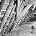 Interieur kap zuidvleugel, oostelijk deel. Spantbeen met detaillering van een houten tonggewelf - Leiden - 20135313 - RCE.jpg